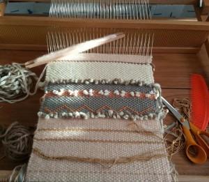 métier à tisser avec tissage en cours
