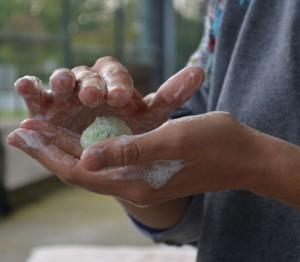 boule de laine feutrée dans les mains