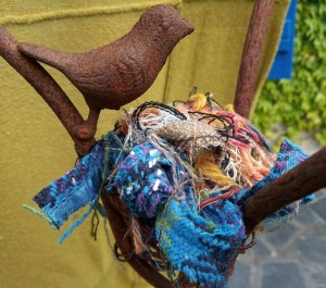 l'oiseau fait son nid avec des chutes de lainage